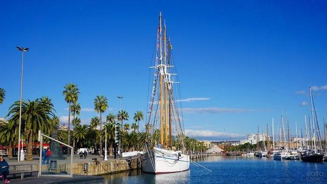 Парусная яхта у набережной в Барселоне