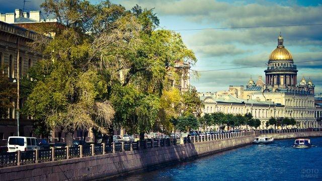 Пробка на набережной в летнем Санкт-Петербурге