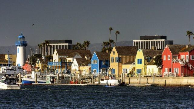 Разноцветные домики на набережной Марина дель Рей в Калифорнии