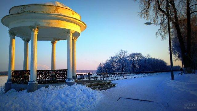 Ротонда на зимней набережной Волги в Ярославле