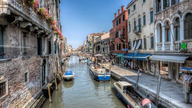 Туристы на набережной канала в Венеции