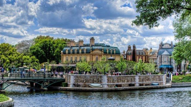 Туристы на набережной в летнем Париже