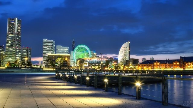 Вечерняя набережная в Йокогаме, Япония