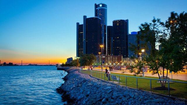 Живописная вечерняя набережная в Детройте