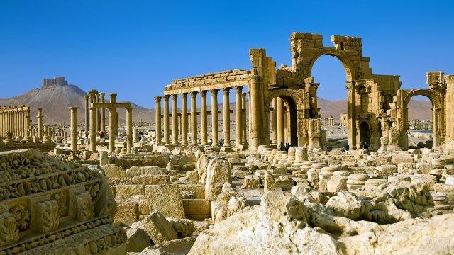 Большая колоннада и Триумфальная арка, вид от храма Зевса Бела