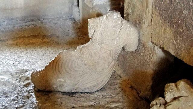Обломки статуи в усыпальнице Трёх братьев в Пальмире