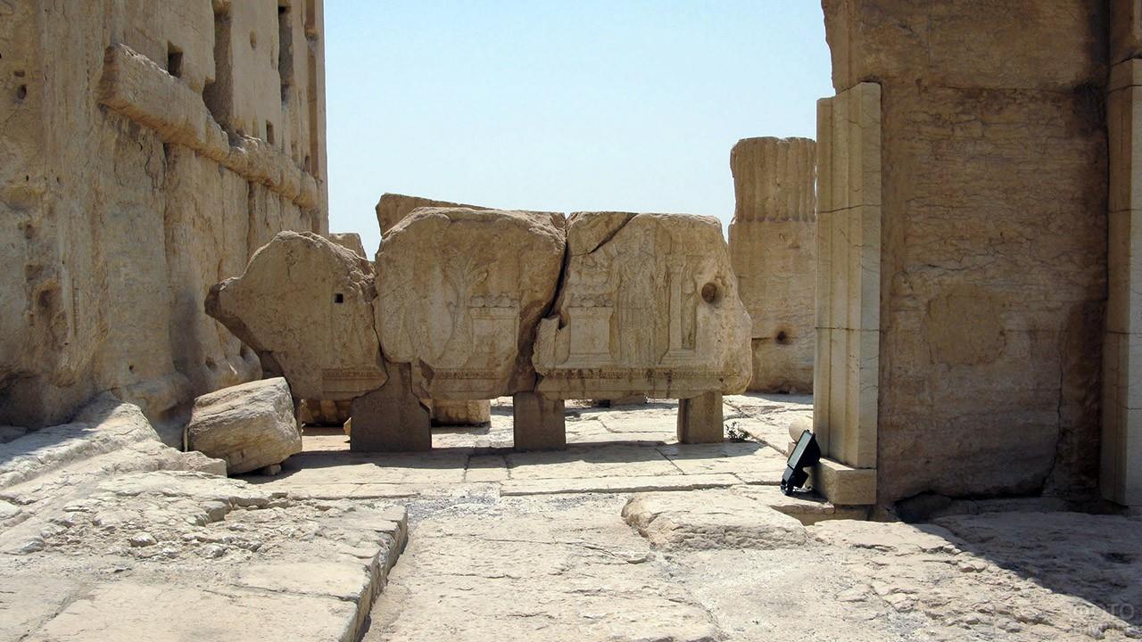 Образец античной резьбы по камню в экспозиции Пальмиры