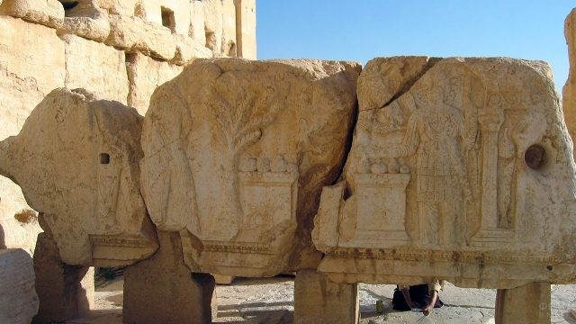 Резьба на руинах стен в Пальмире
