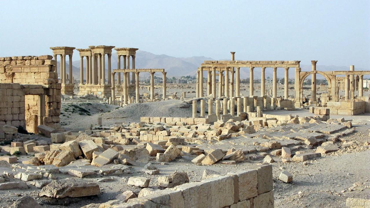 Руины центра античного города Пальмира в сирийской пустыне