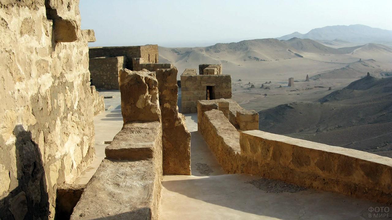 Руины Пальмиры на пейзаже сирийской пустыни