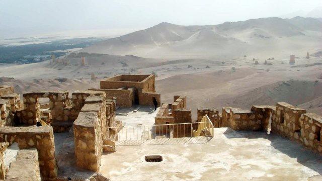 Сирийская достопримечательность - античный город Пальмира в пустыне