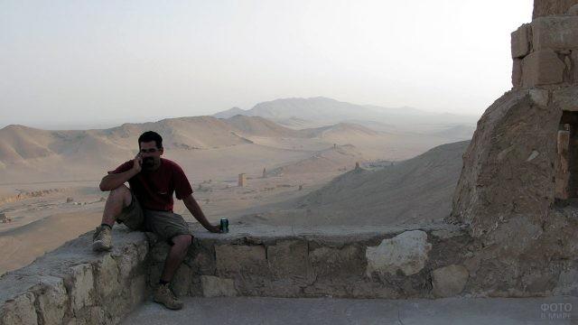 Турист в Пальмире на фоне сирийской пустыни