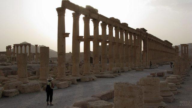 Туристка у Большой колоннады в Пальмире