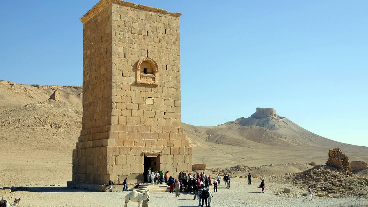 Туристы у входа в башню Элахбела в Пальмире