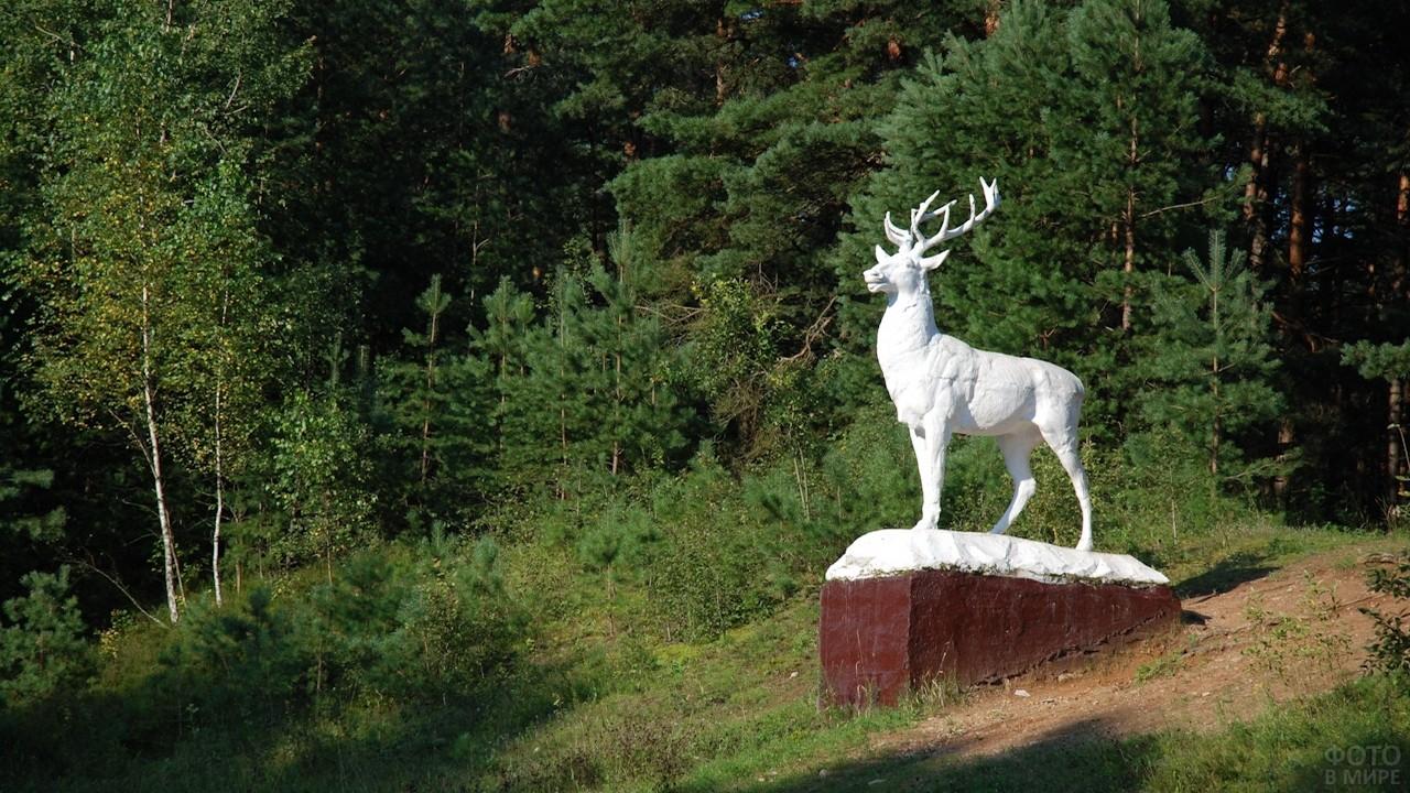 Статуя оленя в Беловежской пуще