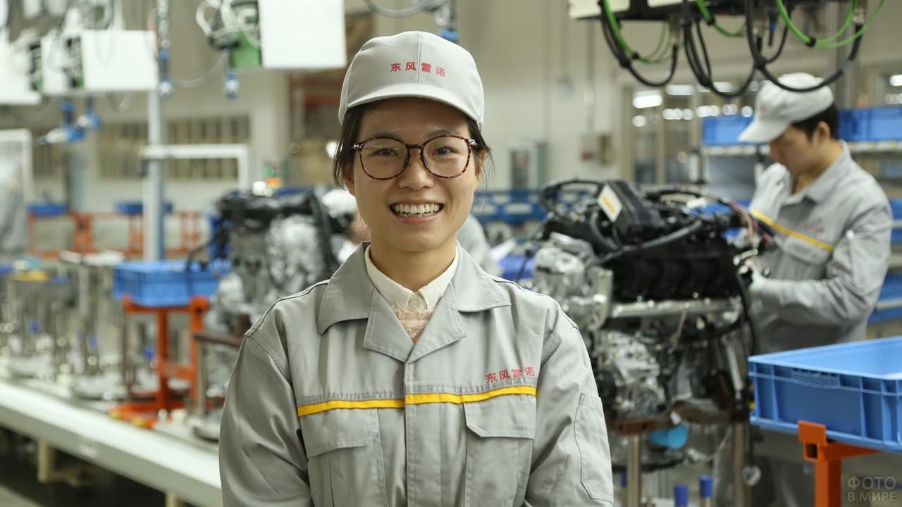 Азиатка на заводе в очках и кепке