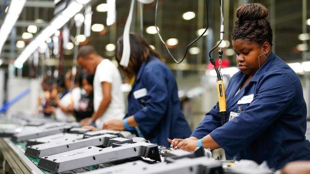 Чернокожие рабочие на заводском конвейере
