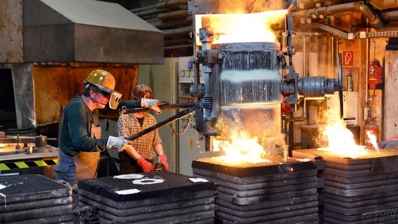 Двое рабочих в горячем цеху