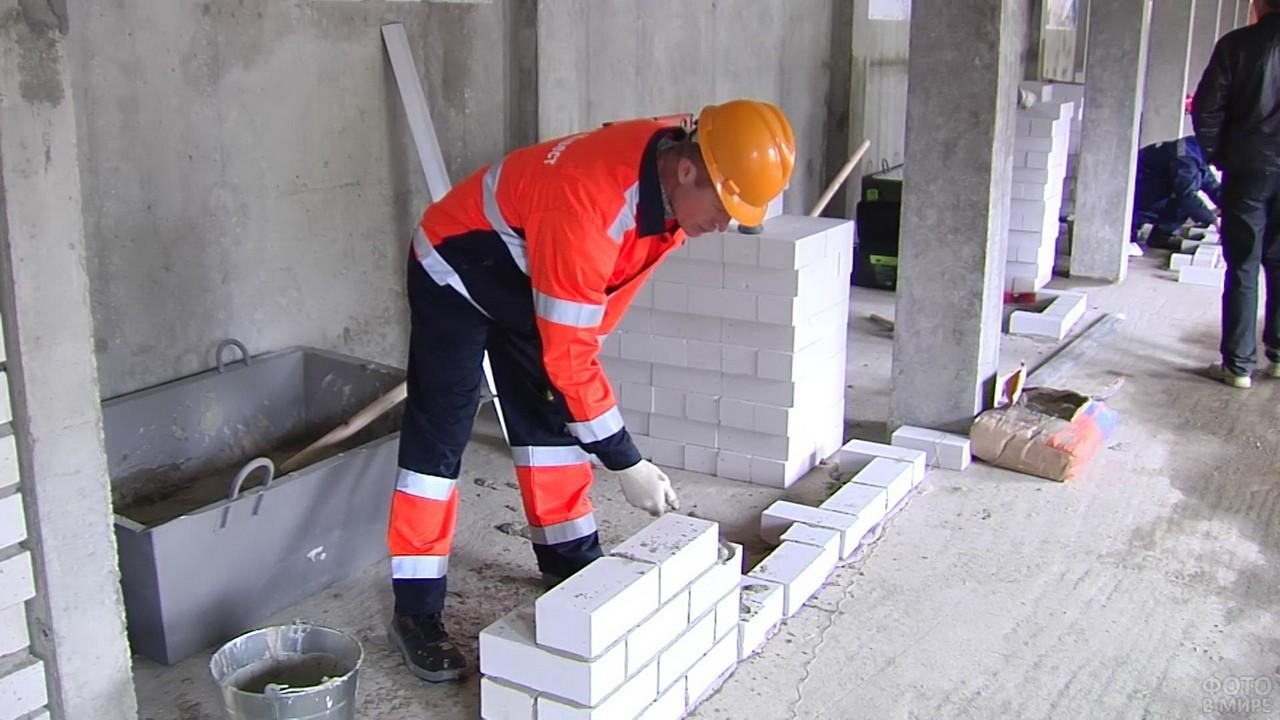 Каменьщик за работой в помещении