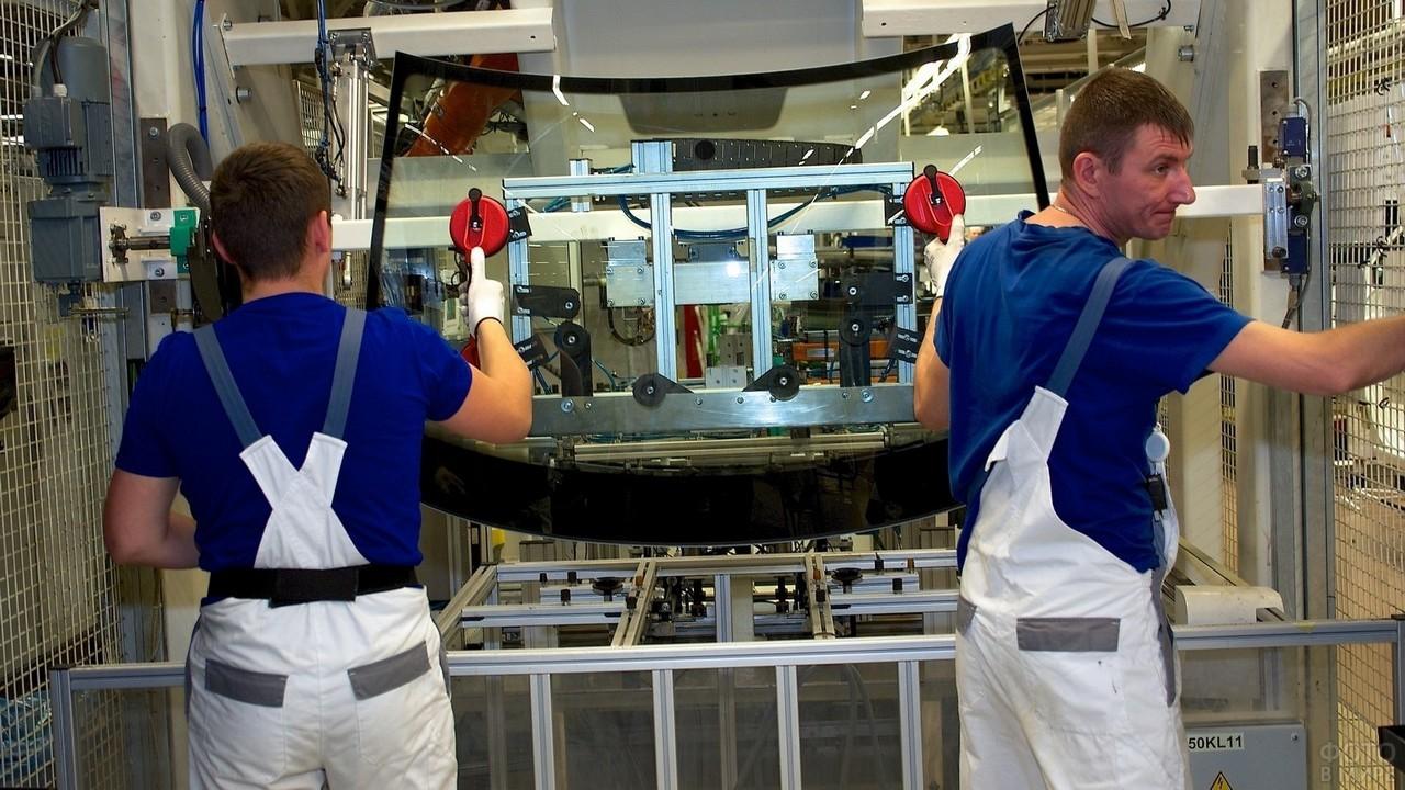 Мужчины работают на заводе