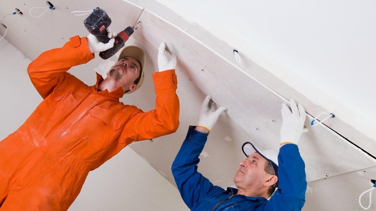 Рабочие делают потолок