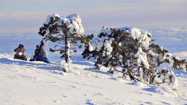 Люди на снегоходах едут по плато горы Ай-Петри