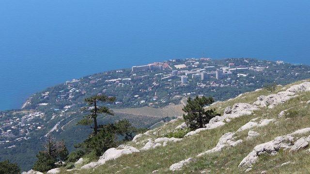 Вид с горы Ай-Петри на посёлок Симеиз