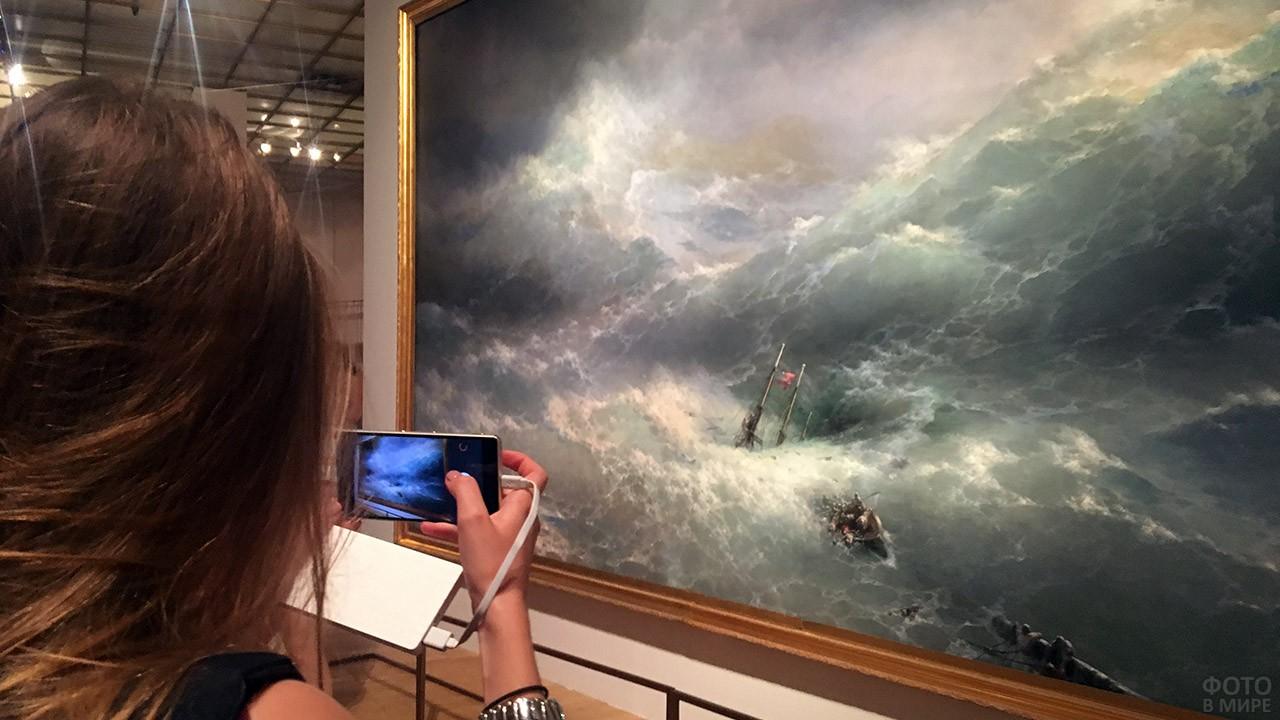 Девушка у картины Айвазовского в Третьяковской галерее