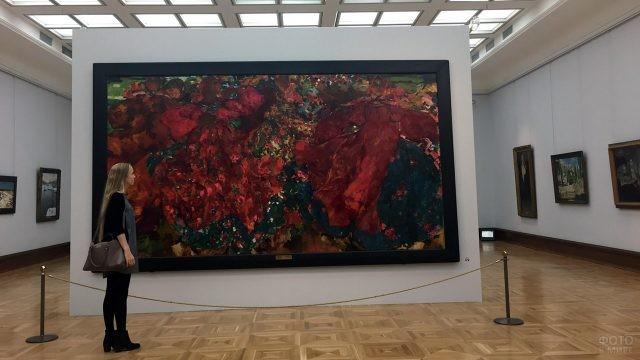 Девушка в зале Третьяковской галереи