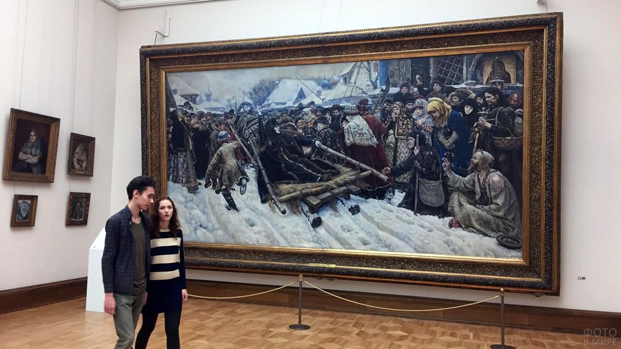 Юная парочка в зале Третьяковской галереи