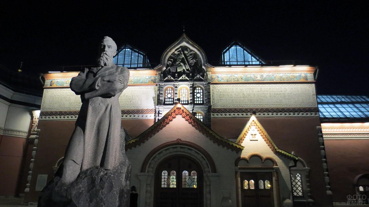 Памятник Третьякову у входа в музей в вечерней иллюминации
