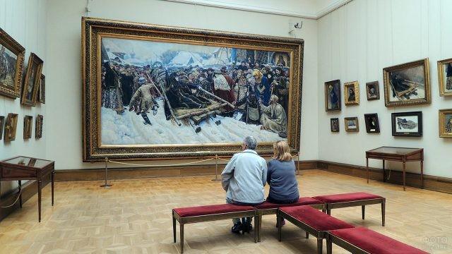 Пара пенсионеров в зале Третьяковской галереи