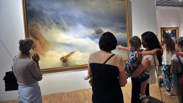 Посетители Третьяковской галереи у картины Айвазовского
