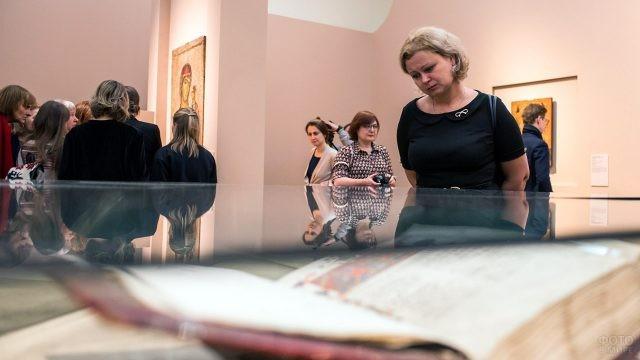 Посетители выставки Шедевры Византии в Третьяковской галерее
