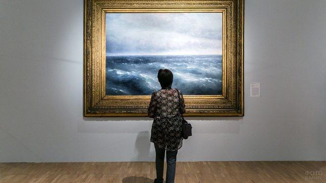 Посетительница Третьяковской галереи у картины Айвазовского