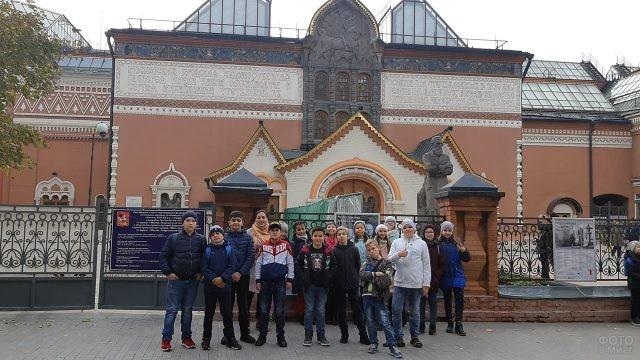 Школьники перед зданием Третьяковской галереи