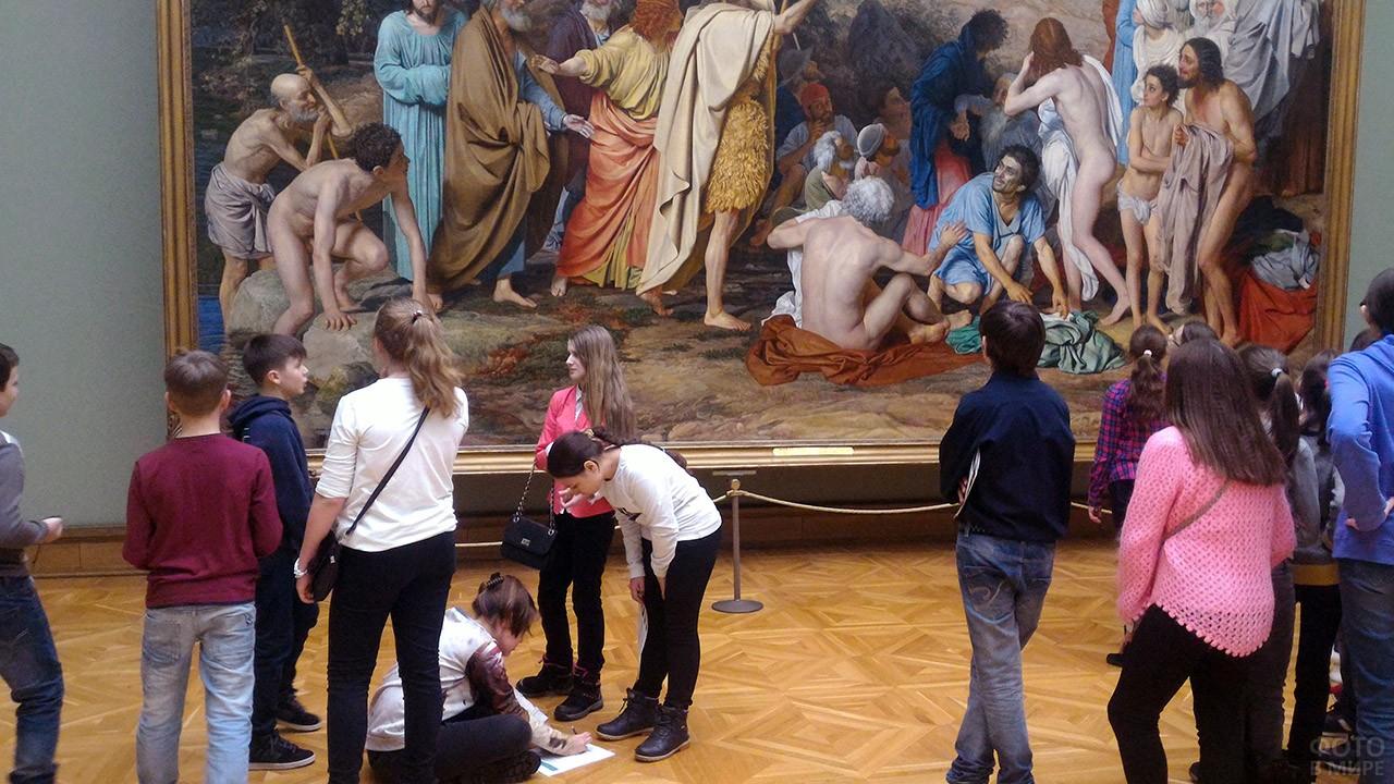 Школьники во время квеста в Третьяковской галерее