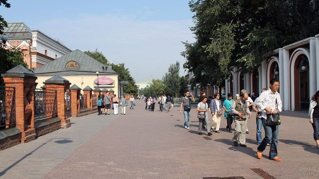 Туристы в Лаврушинском переулке у Третьяковской галереи