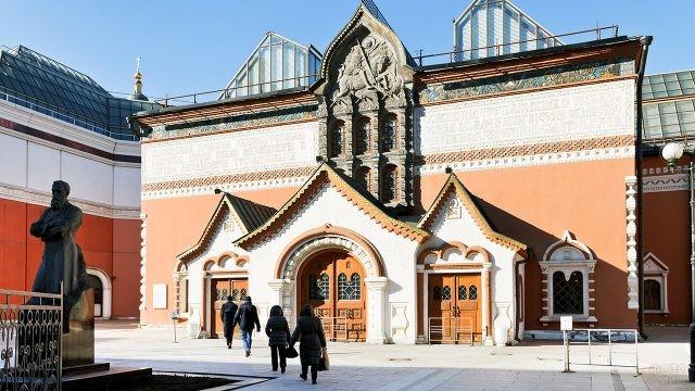 Залитый солнцем фасад здания Третьяковской галереи