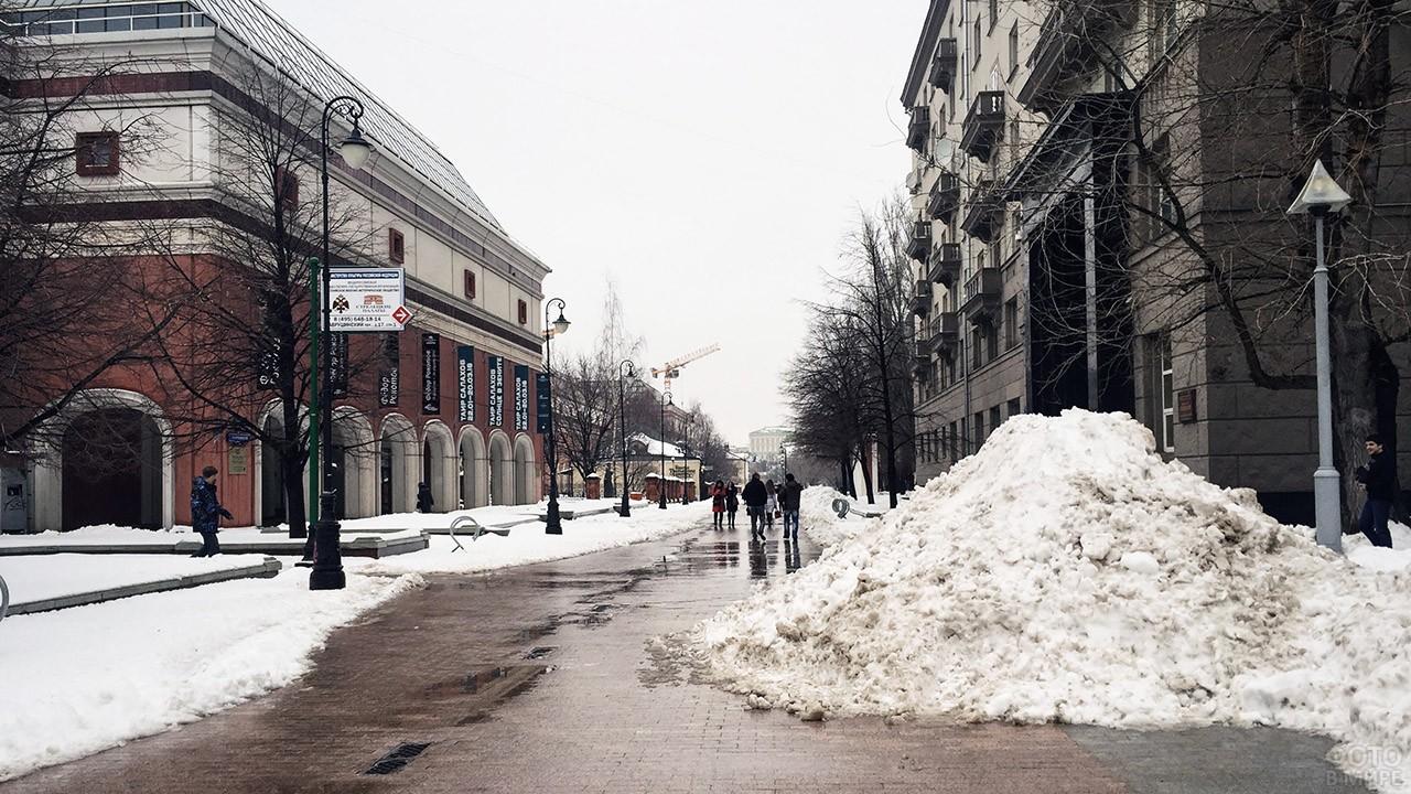 Зимний Лаврушинский переулок у Третьяковской галереи