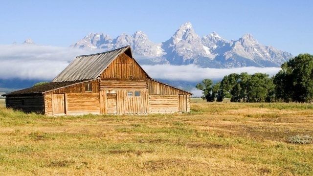 Деревянный дом на фоне далёких гор