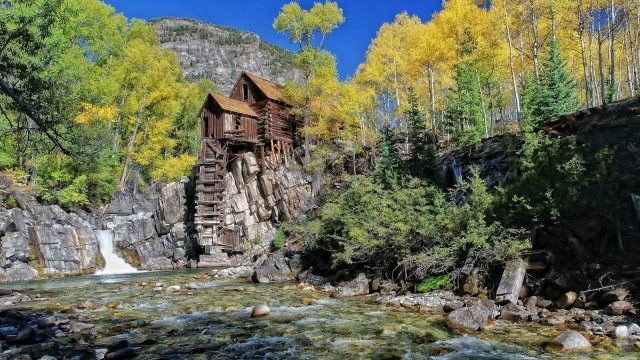 Деревянный дом на утёсе