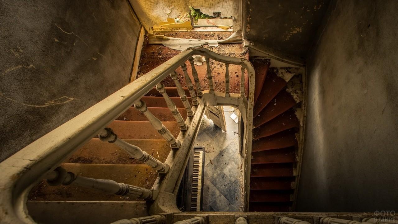Лестница заброшенного здания