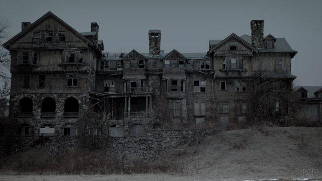 Мрачная разрушенная усадьба