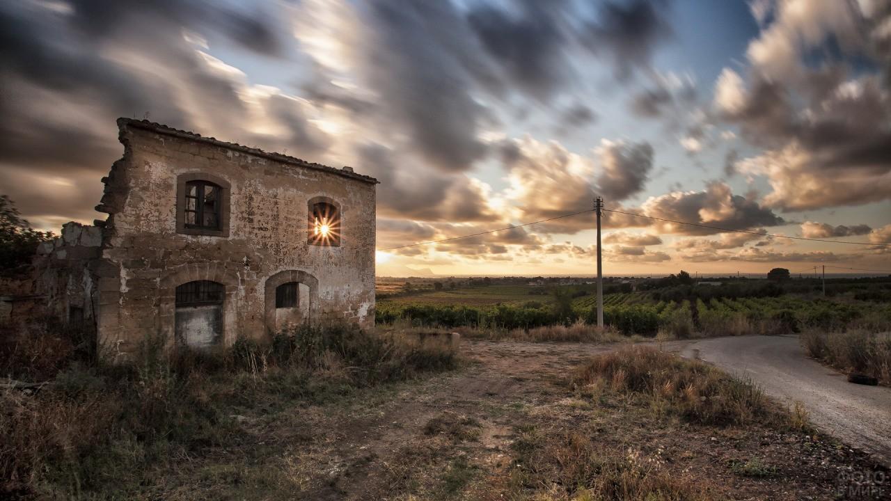 Нежилой дом у дороги
