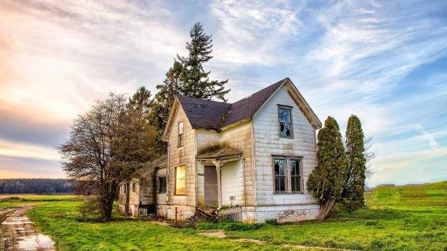 Одинокий старый дом в поле