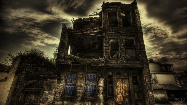 Разрушенный, мрачный дом