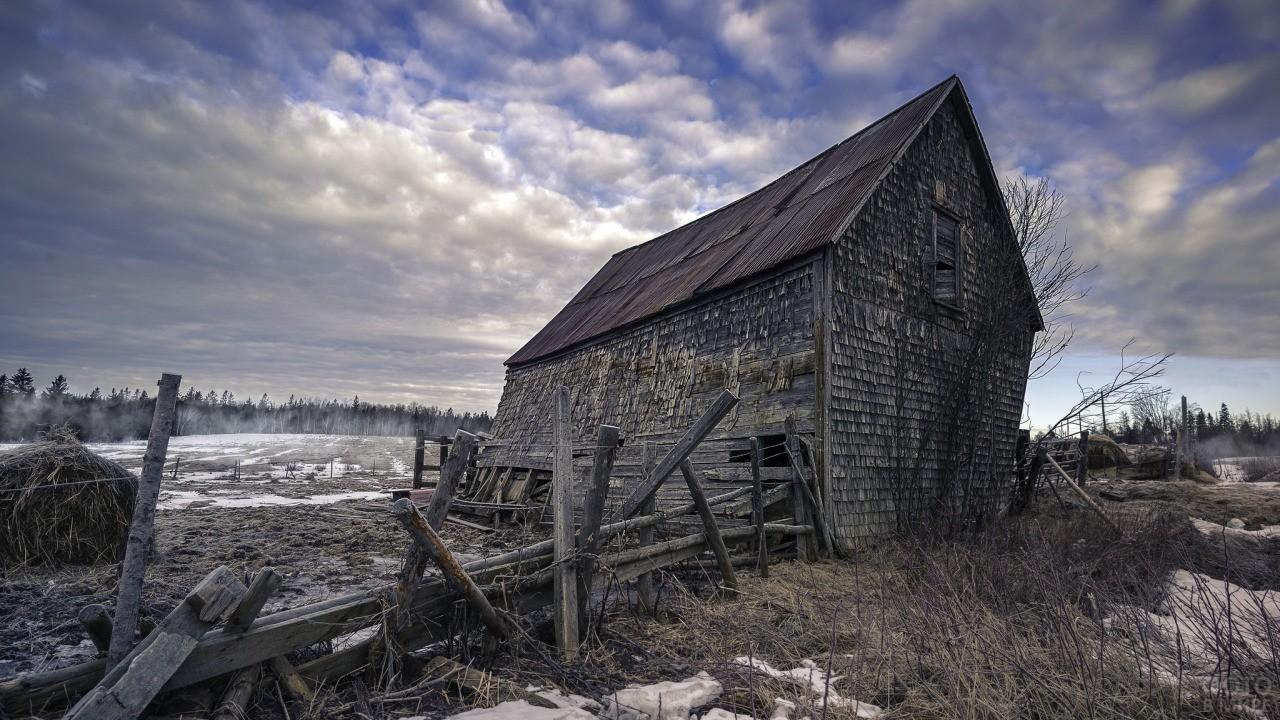 Руины дома в поле