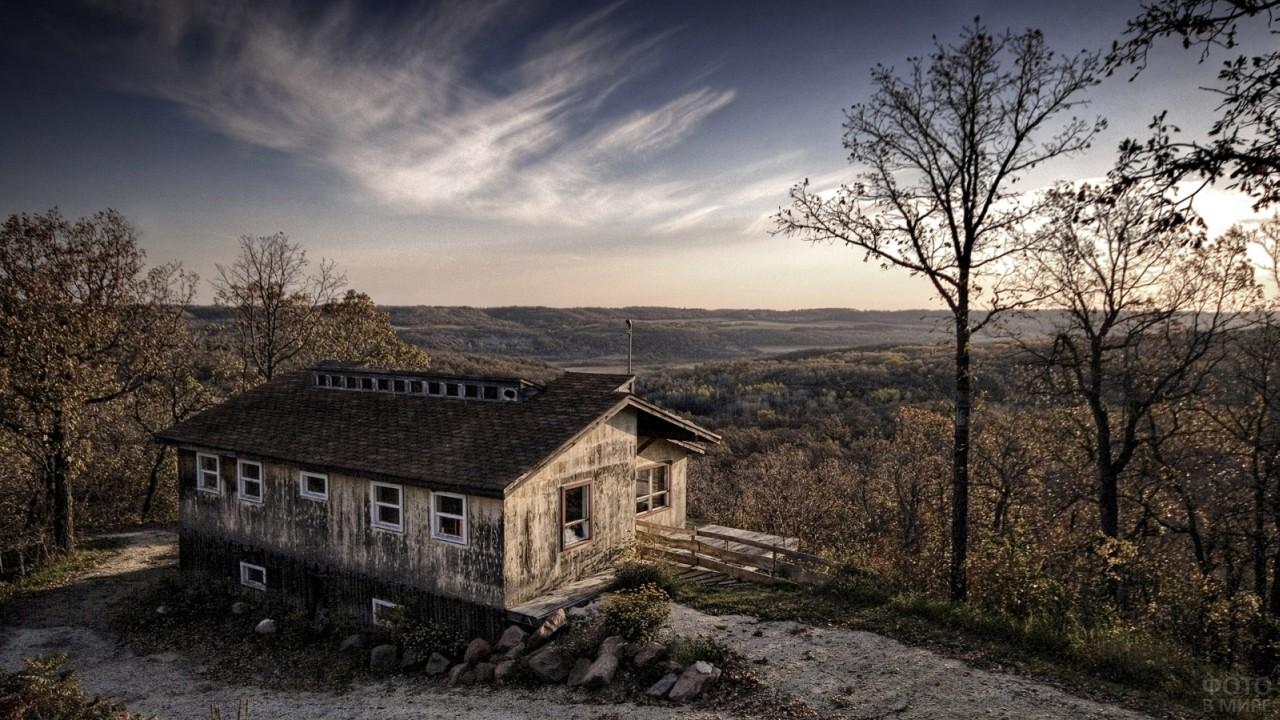 Серый заброшенный дом