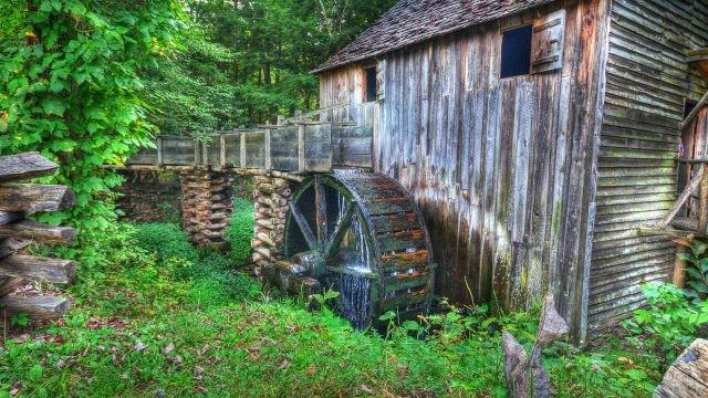 Старая заброшенная водяная мельница